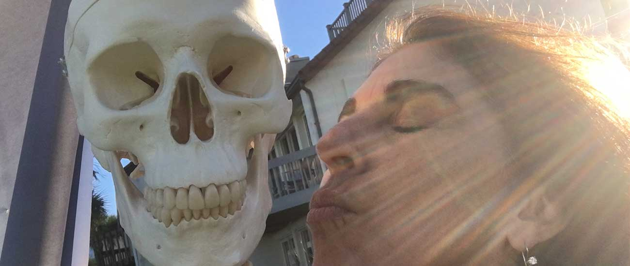 woman kissing skeleton